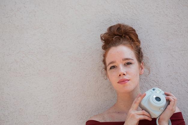 美しい思考の女性の肖像画 無料写真