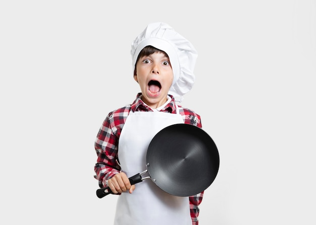 驚いた鍋を持つ若い子 無料写真
