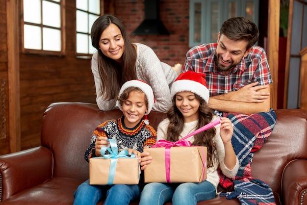 Средний снимок счастливые родители наблюдают за детьми Бесплатные Фотографии