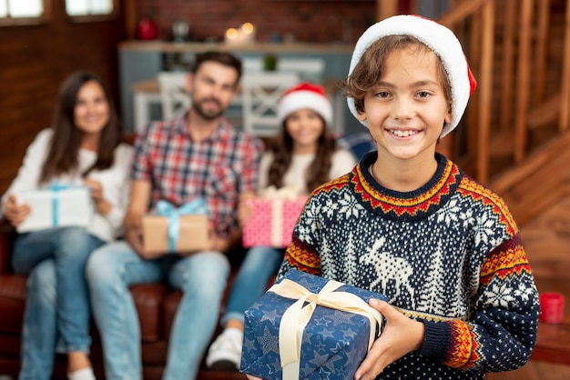 クリスマスプレゼントとミディアムショット幸せな子供 無料写真