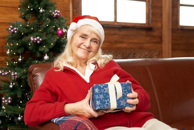 Средний выстрел старой женщины с подарком Бесплатные Фотографии