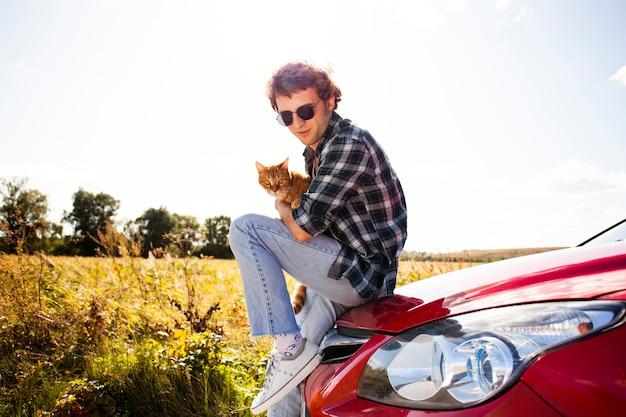 猫とポーズハンサムな男 無料写真