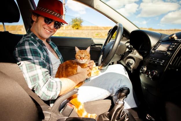 猫と運転席に座っている男 無料写真