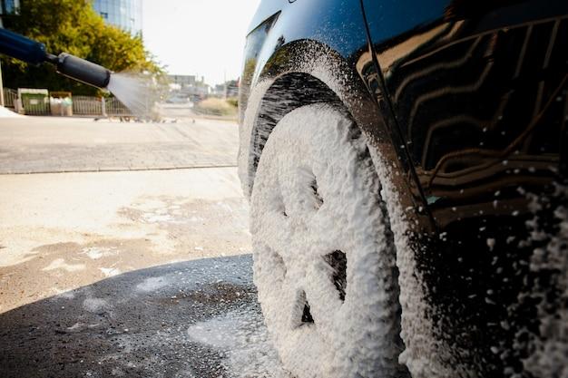 石鹸の泡で覆われた車のホイール 無料写真