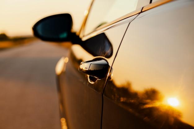 Автомобиль сторона на фоне закатного отражения Бесплатные Фотографии