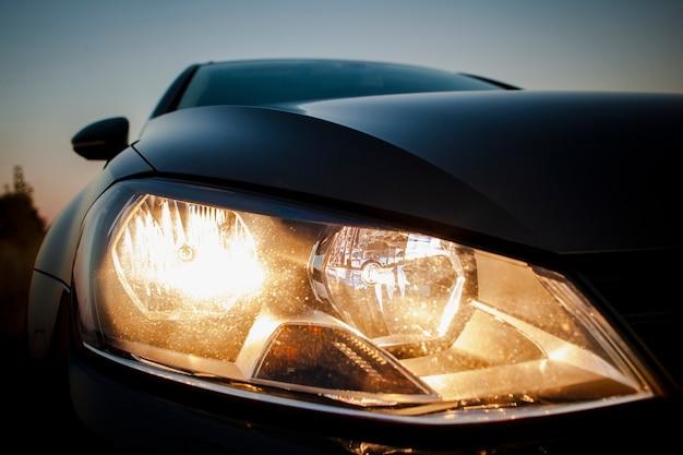 Красивые фары крупным планом черного автомобиля Бесплатные Фотографии