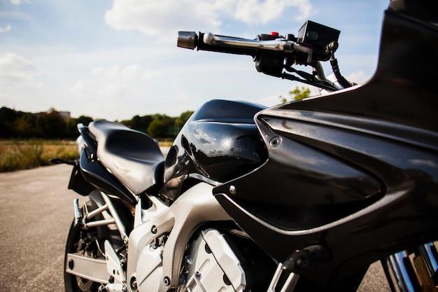 道路上の黒いバイク 無料写真
