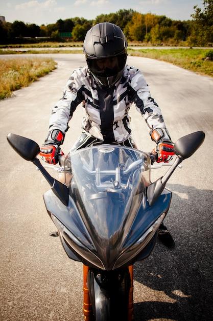 道路上のバイカーの正面図 無料写真