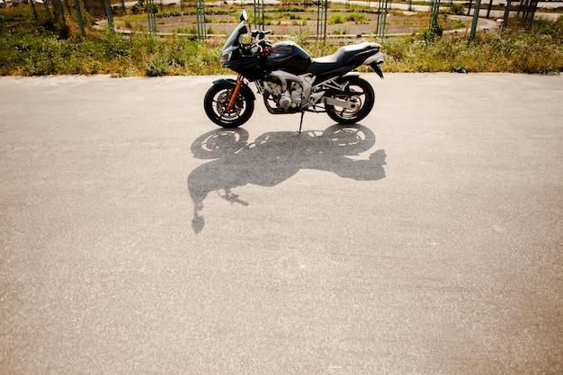 その影で道路上のバイク 無料写真