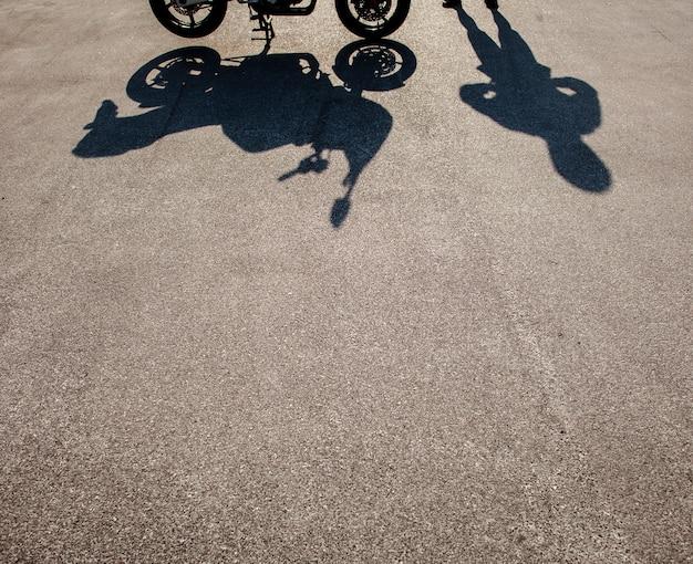 人とバイクの影 無料写真