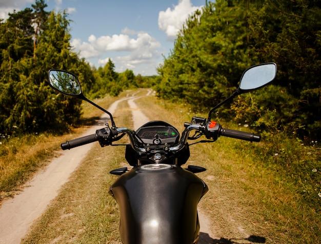 オフロードでバイクに乗る男 無料写真