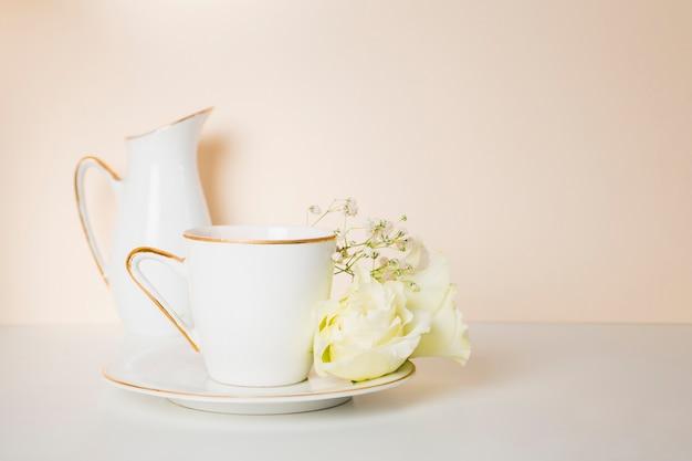 Чашка чая и цветы вид спереди Бесплатные Фотографии