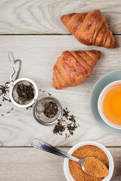 おいしいクロワッサンとお茶のクローズアップ 無料写真