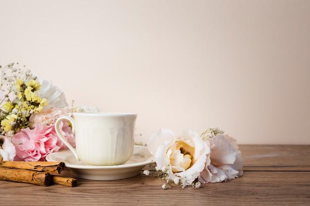 Чай на деревянном столе, вид спереди Бесплатные Фотографии