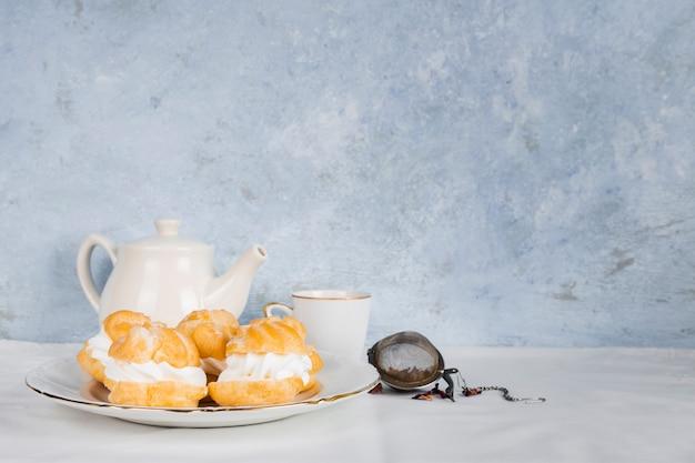 お茶の横にあるおいしいデザート 無料写真