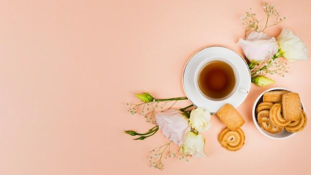 Печенье и цветы в плоской планировке Бесплатные Фотографии
