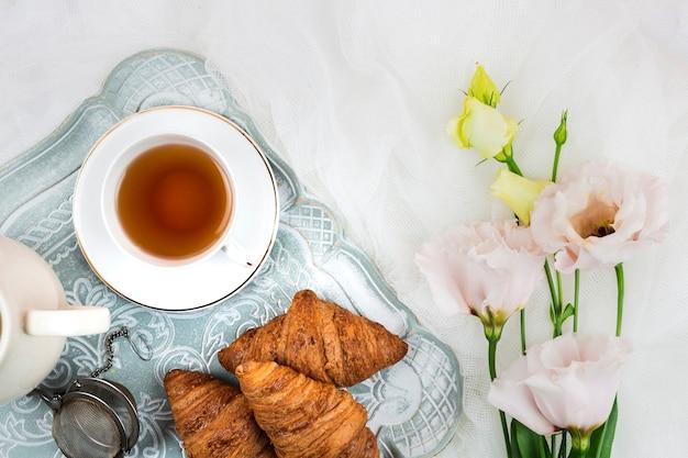 Английский чай и круассаны крупным планом Бесплатные Фотографии