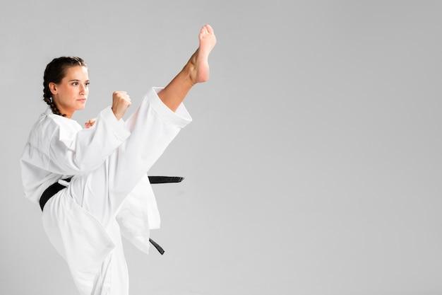 黒帯とコピースペースの背景を持つ武道空手少女 無料写真