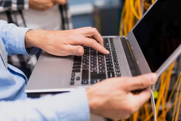 Человек, набрав на ноутбуке крупным планом Бесплатные Фотографии