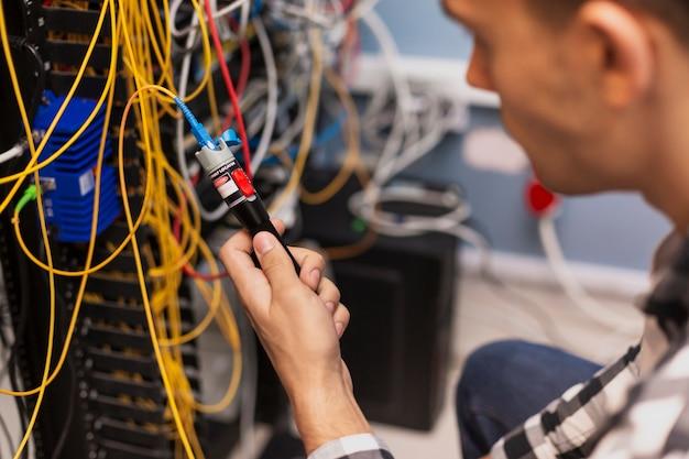 光ファイバをテストするエンジニアの男性 無料写真