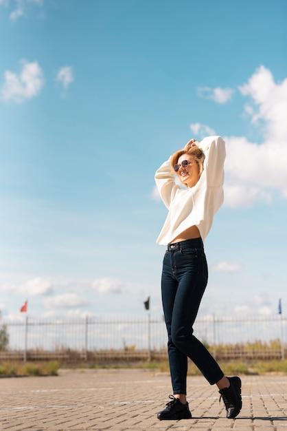 Полный снимок модели в повседневной одежде Бесплатные Фотографии