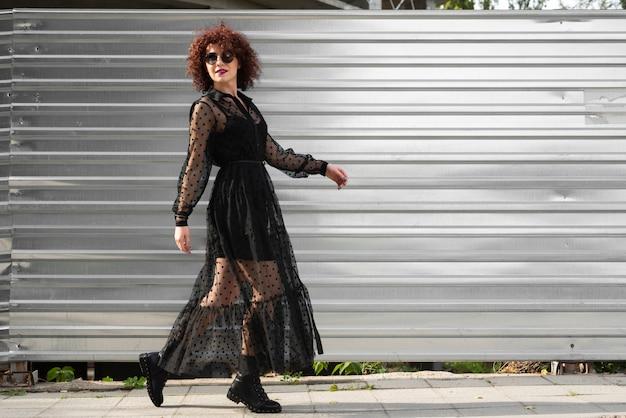 屋外の女性のフルショット 無料写真