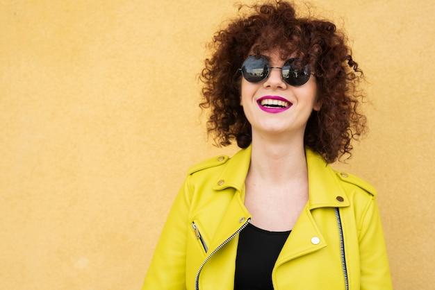 Средний снимок модельной улыбки Бесплатные Фотографии