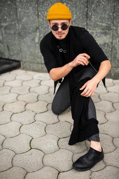 フルショットでストリートスタイルを着た男 無料写真