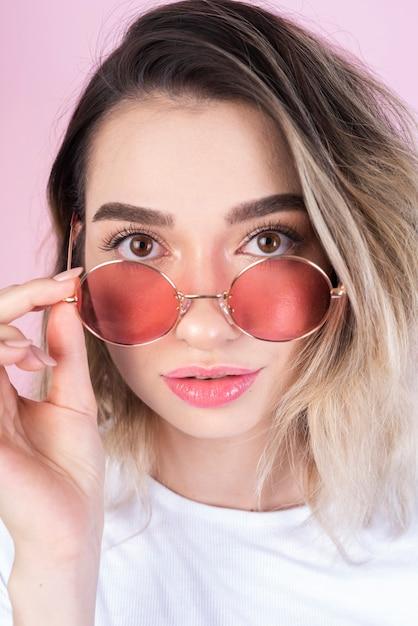 眼鏡を掛けた女性のスタジオ撮影 無料写真