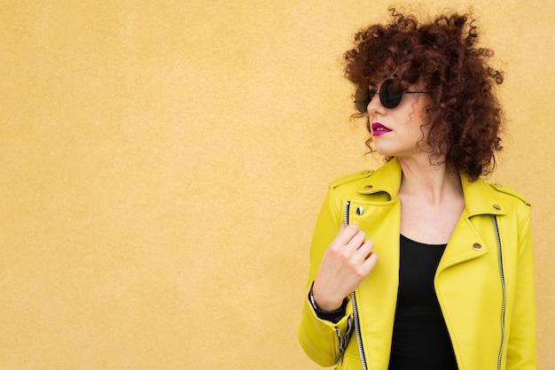 Женщина позирует на простом фоне Бесплатные Фотографии