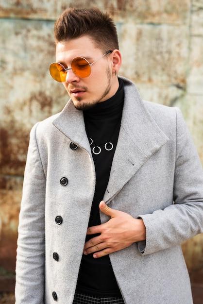 トレンディな眼鏡をかけているハンサムな男 無料写真