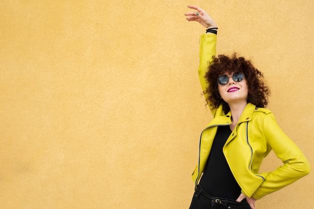 ミディアムショットのスタイリッシュな女性 無料写真