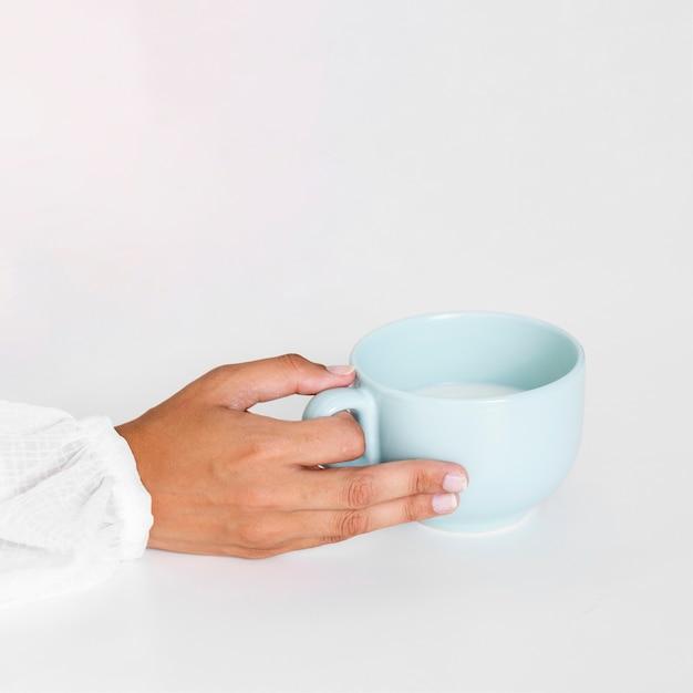セラミックマグカップを持っているクローズアップ手 無料写真