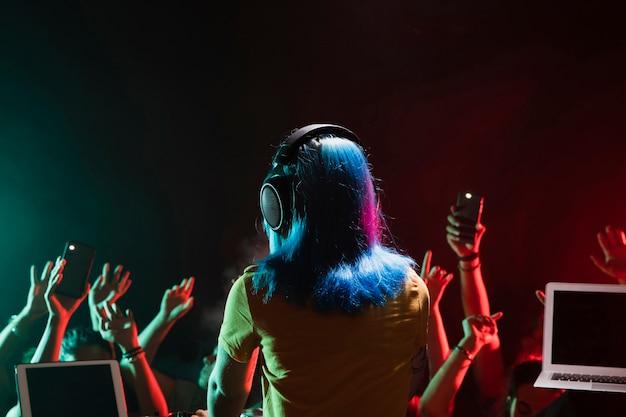 Вид спереди женщина диджей на деки в клубе Бесплатные Фотографии