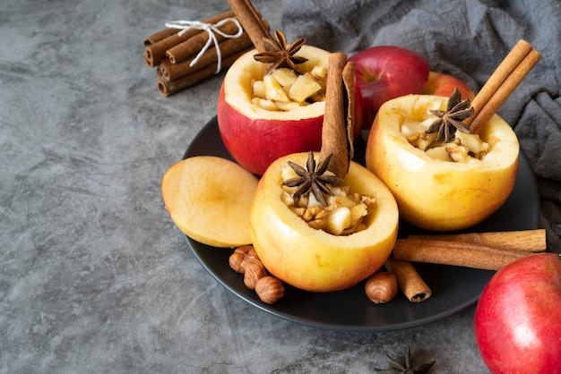 調理されたリンゴとシナモンスティックを使った高角度配置 無料写真