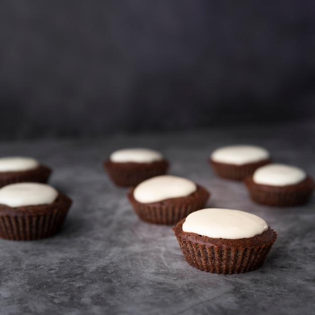 Украшение вкусными кексами и лепным фоном Бесплатные Фотографии