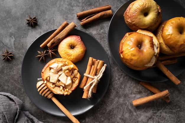 Флай лежал с печеными яблоками на тарелках Бесплатные Фотографии