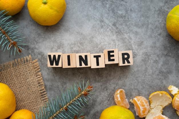 冬の言葉とスタッコの背景を持つ配置レイ配置 無料写真