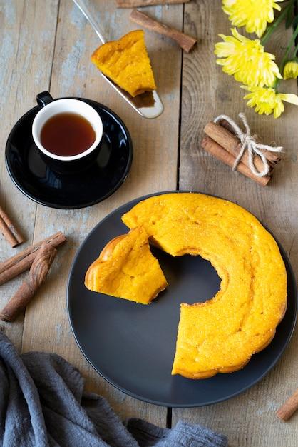 お茶とおいしいパイのトップビューの配置 無料写真