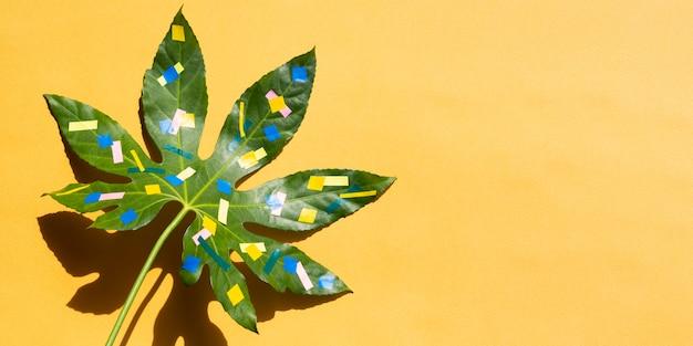 栗の葉で空間の背景をコピーする 無料写真