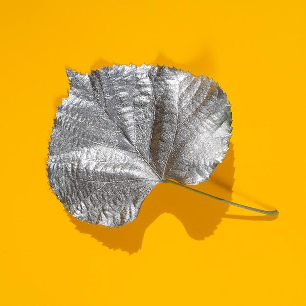 銀の水塗料で染めたポプラの葉 無料写真