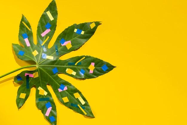 栗の葉のドットと黄色のコピースペースの背景 無料写真