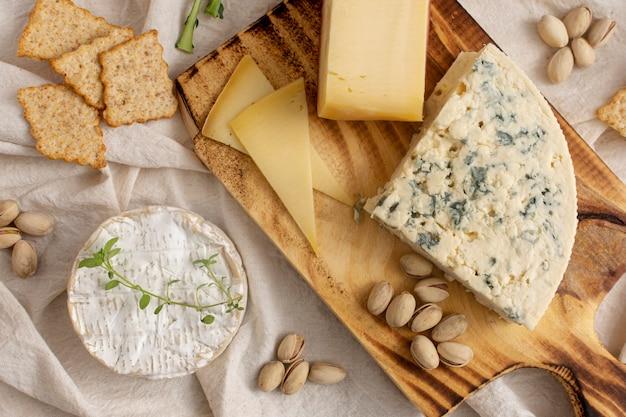 テーブルの上のさまざまなチーズとスナック 無料写真