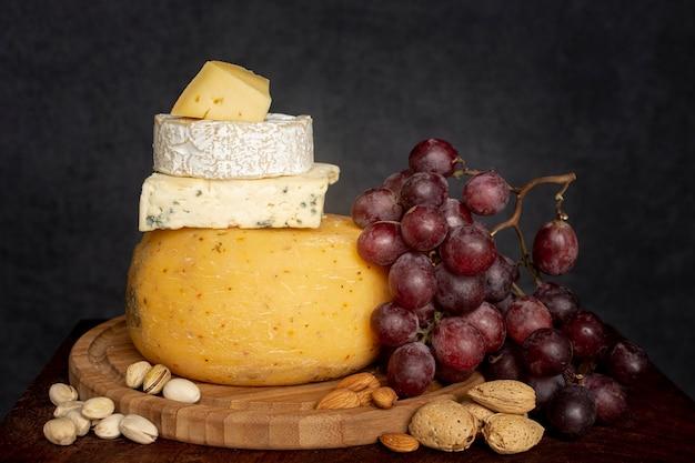 さまざまなチーズと新鮮なブドウ 無料写真