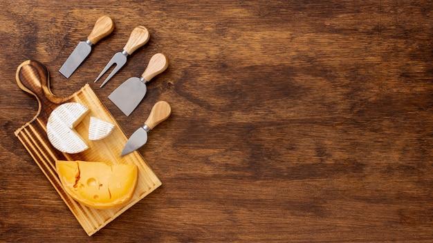Ломтик сыра с аксессуарами и копией пространства Бесплатные Фотографии