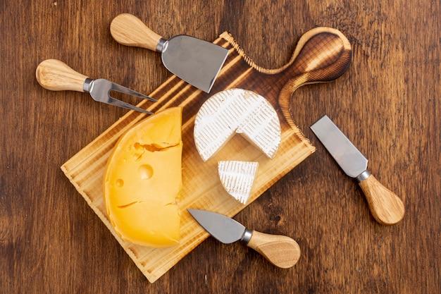 Вид сверху разновидности сыра на столе Бесплатные Фотографии