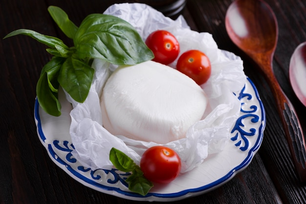 チェリートマトとモッツァレラチーズのプレート 無料写真