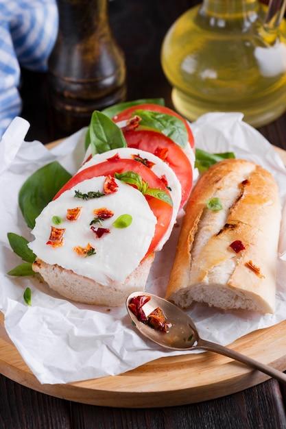 プレート上のモッツァレラチーズのおいしいバゲット 無料写真