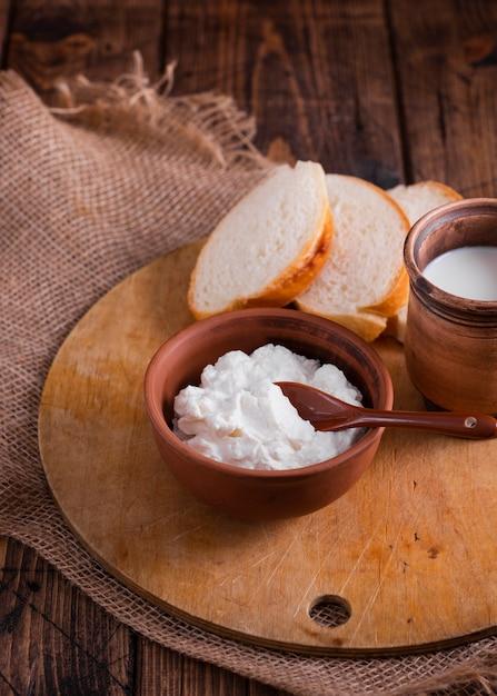 高角度のクリーミーなチーズとテーブルの上のパン 無料写真