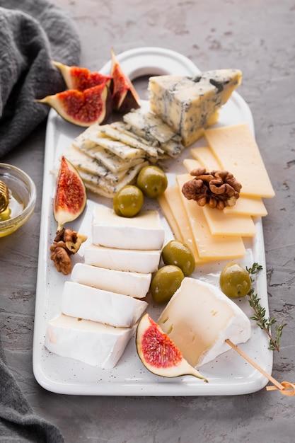 Сырное ассорти с оливками Бесплатные Фотографии
